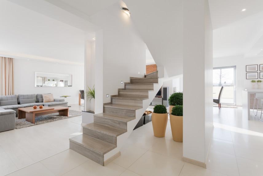 Biały salon ze schodami