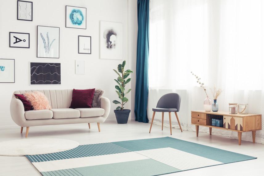 Salon z białą sofą i zielonymi zasłonami