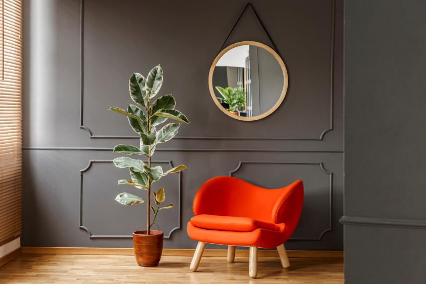 Salon glamour ze sztukaterią na ścianie