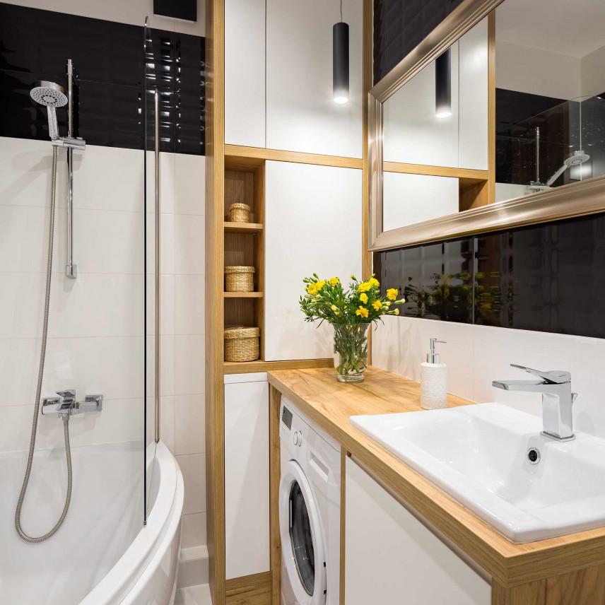 Mała łazienka z drewnianym blatem