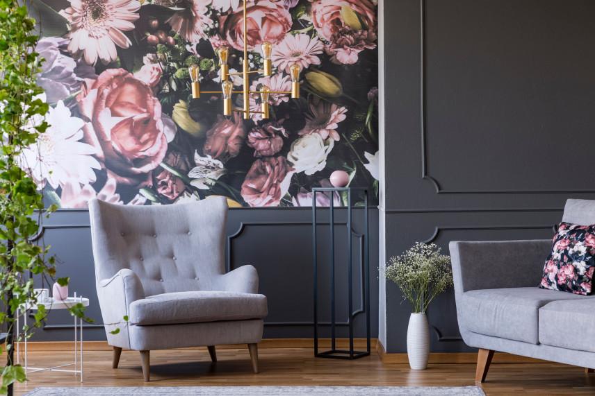 Salon z tapetą w kwiaty