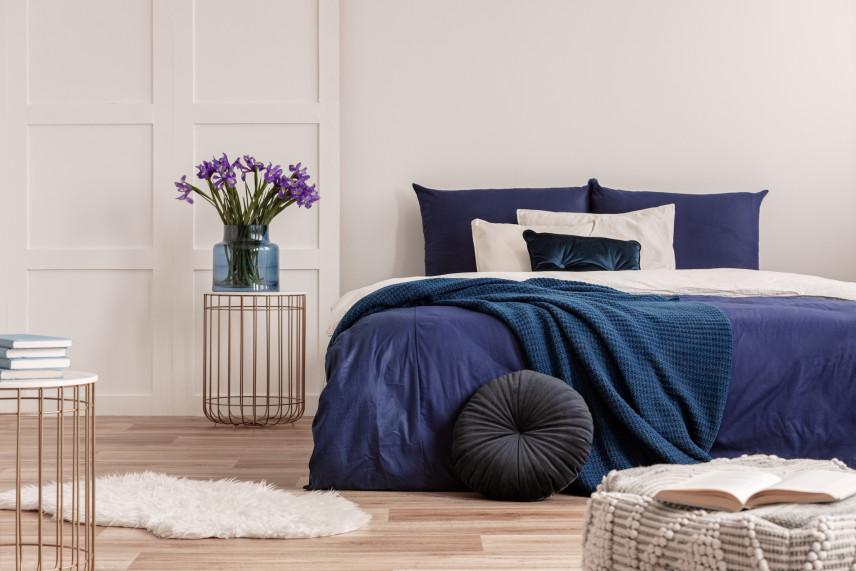 Granatowo-beżowa sypialnia