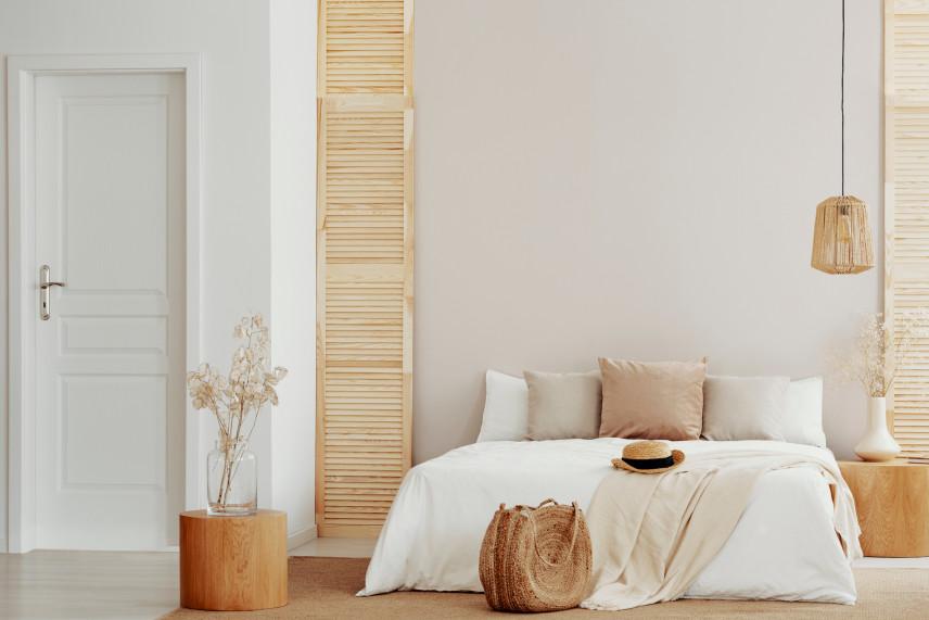 Sypialnia w jasnym drewnie