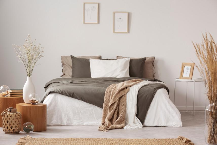 Brązowo-beżowa sypialnia z drewnianymi dodatkami
