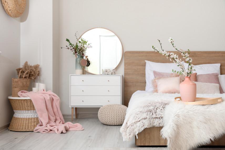 Sypialnia z dodatkami w kolorze pudrowego różu