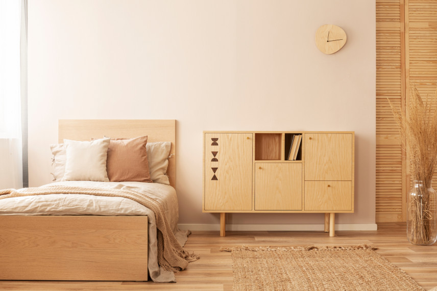 Stylowa sypialnia w jasnym drewnie