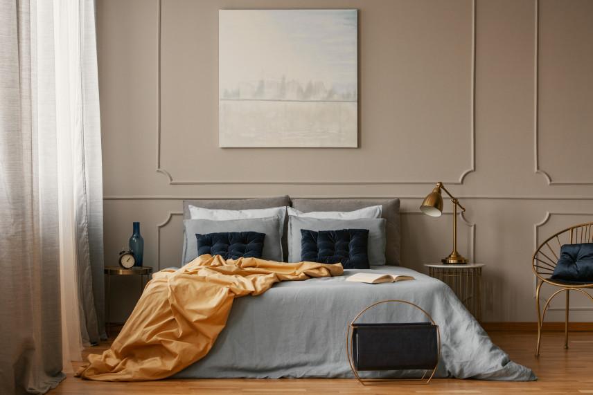 Elegancka sypialnia w ciemnych beżach