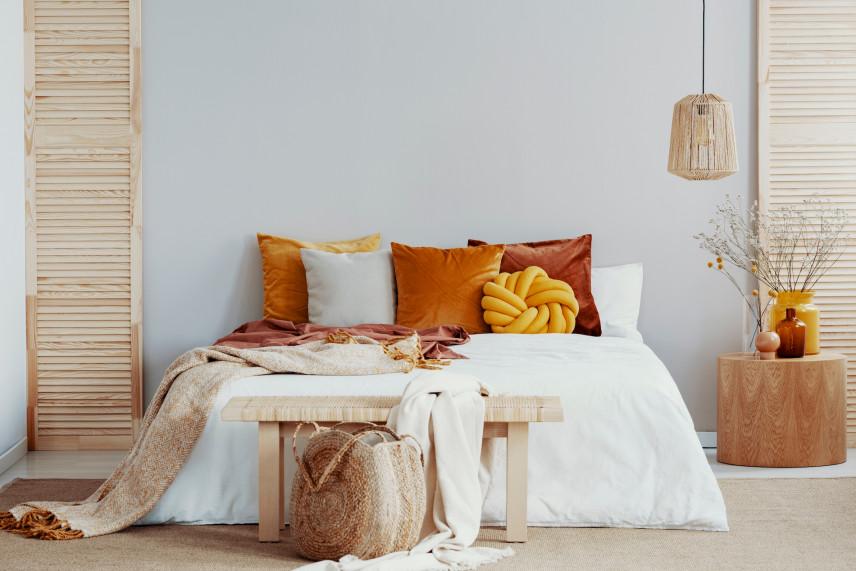Sypialnia z pomarańczowo-żółtymi dodatkami