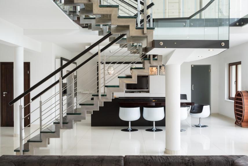 Nowoczesny salon z designerskimi schodami
