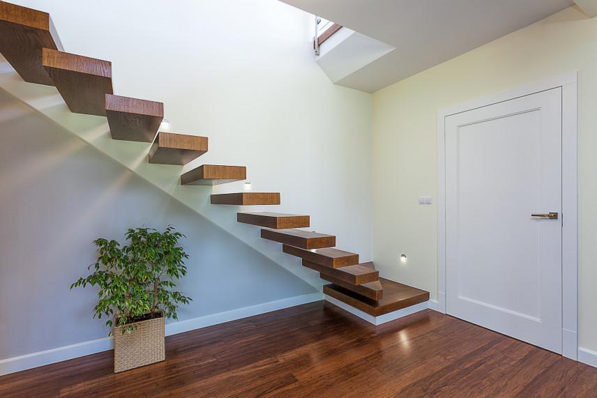 Przedpokój ze schodami bez barierki