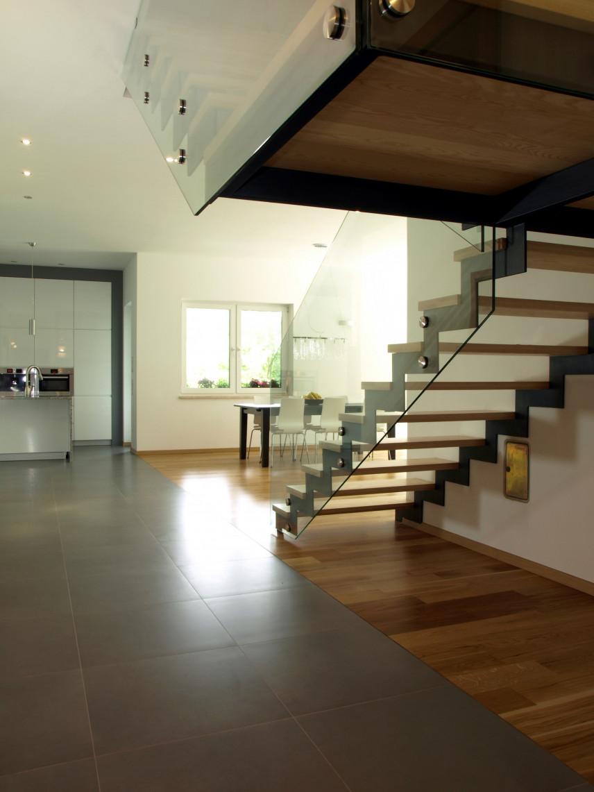 Przedpokój z designerskimi schodami