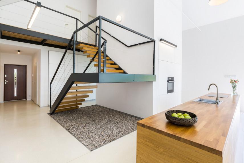 Duży przedpokój ze schodami z elementami stali