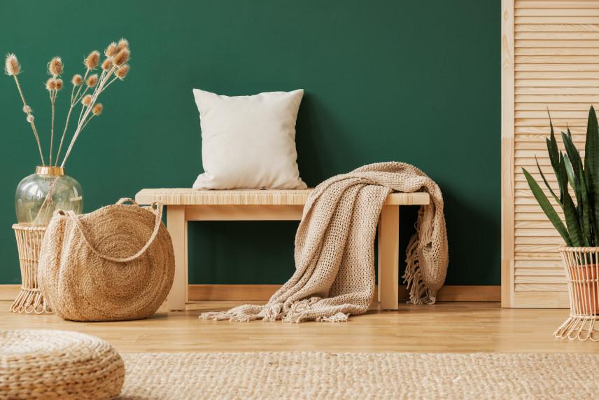 Przedpokój w drewnie z zieloną ścianą