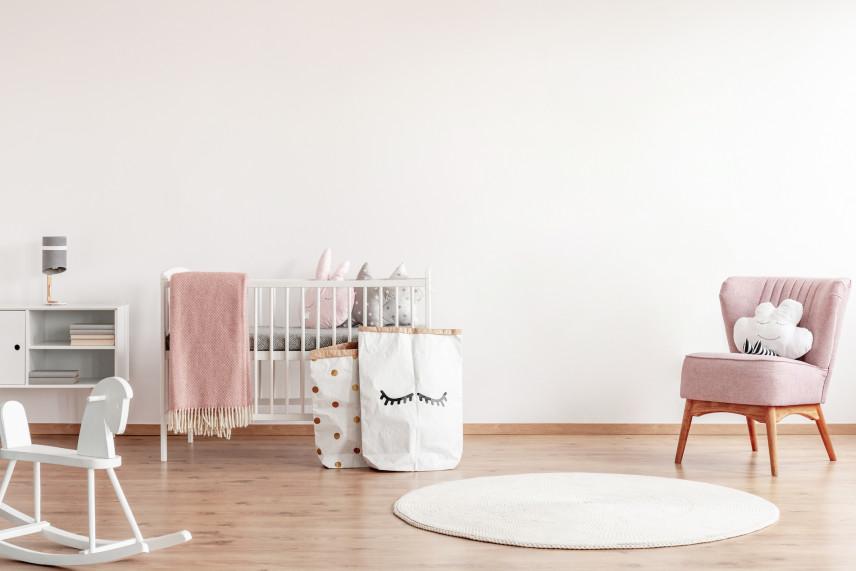 Pokój noworodka z dodatkami w kolorze pudrowego różu
