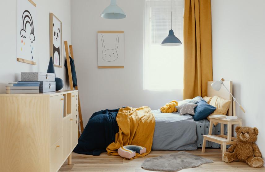 Mały pokój z żółtymi dodatkami