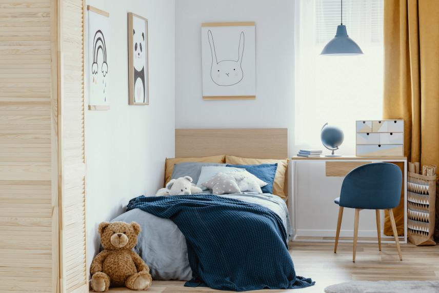Pokój dziecięcy z grafikami na ścianie