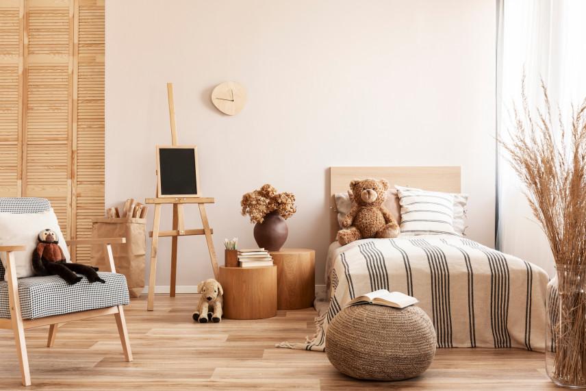 Stylowy pokój dziecięcy w jasnym drewnie