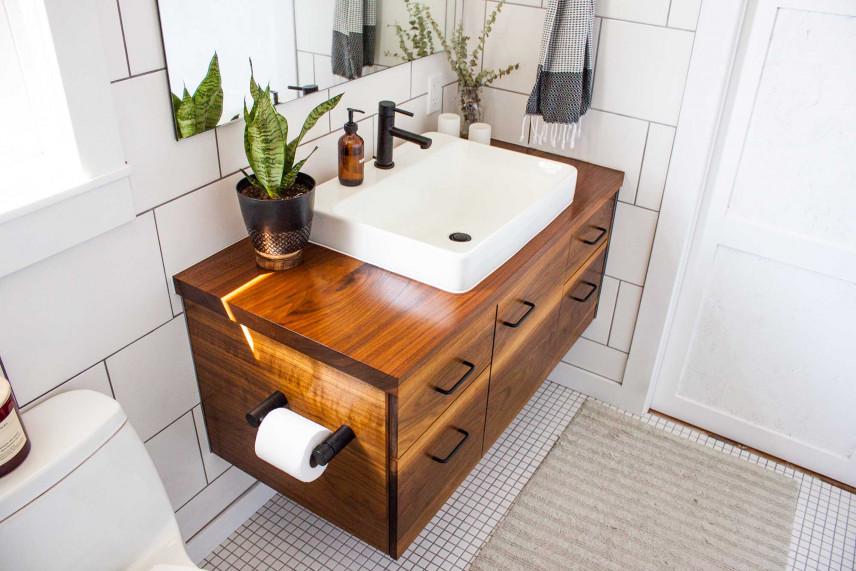 Mała łazienka z fornirowaną, drewnianą półka pod zlew
