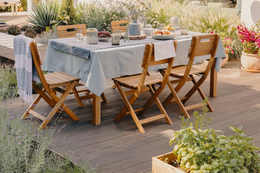 Ogrodowy stół z drewnianymi krzesłami