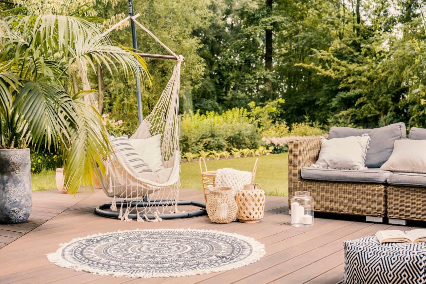 Taras ogrodowy z huśtawką i kanapą