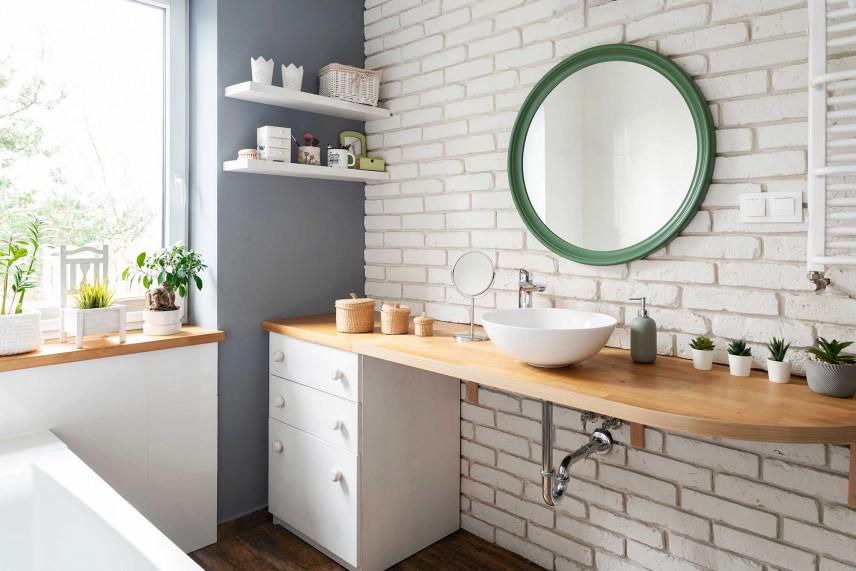 Łazienka z białą cegłą na ścianie