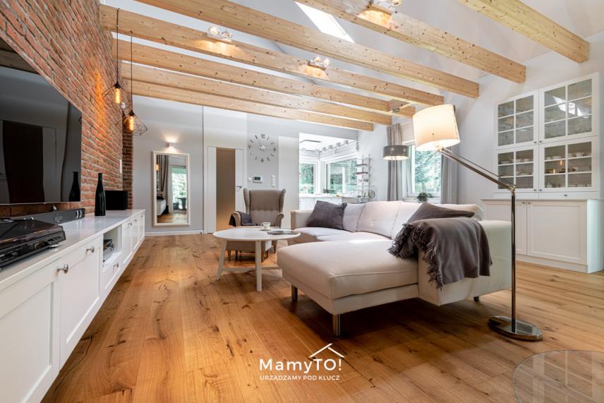 Salon z imitacją drewna na suicie
