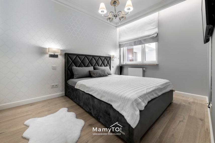 Sypialnia w stylu glamour z białą tapetą