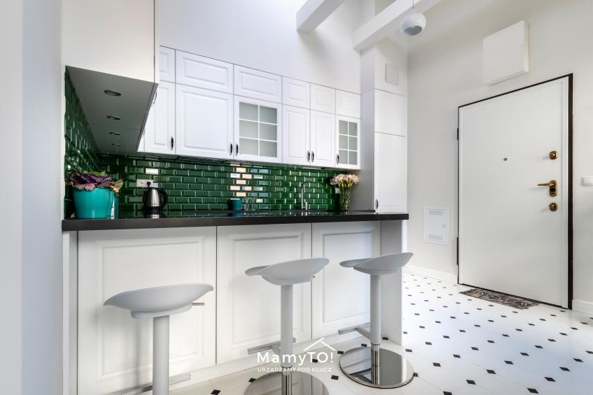 Białe hokery w kuchni