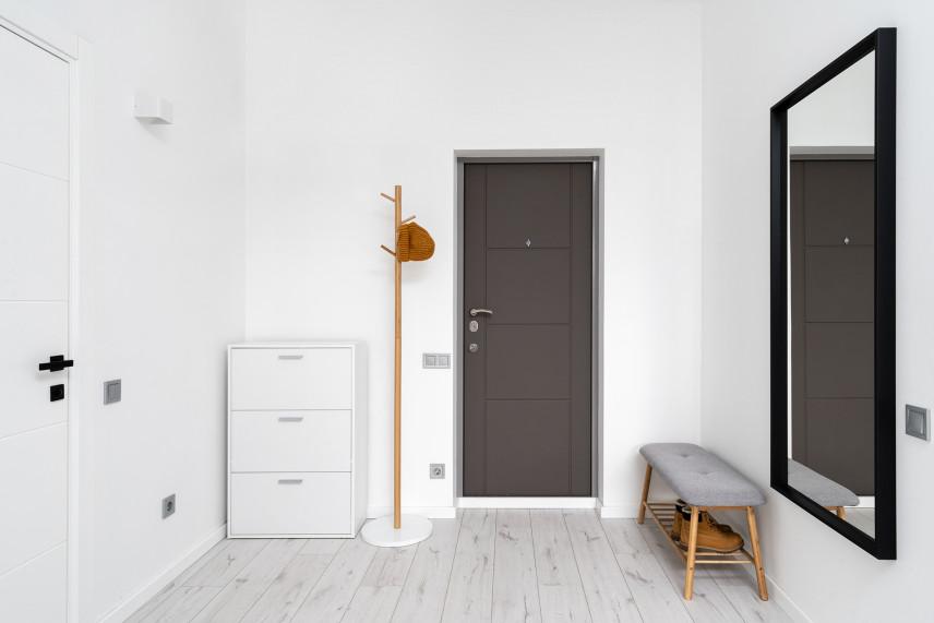 Biały minimalistyczny przedpokój