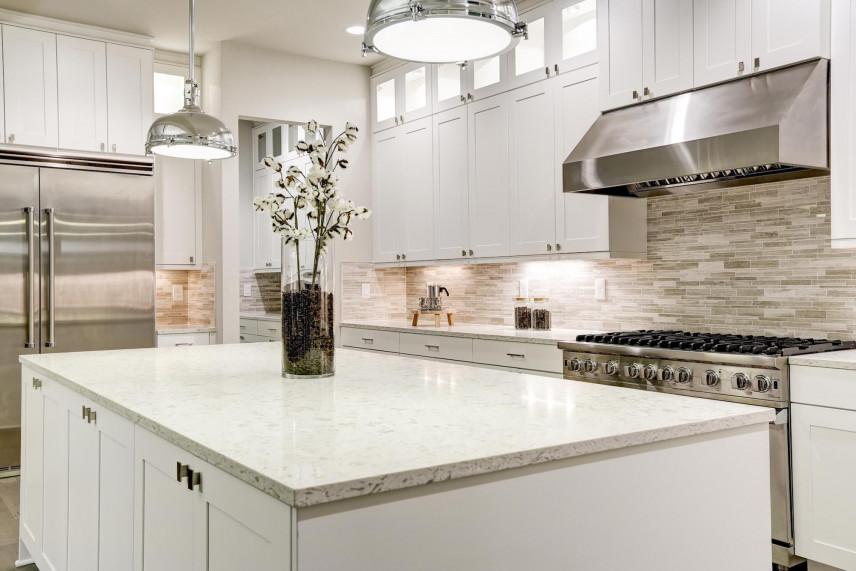 Biała wyspa w kuchni