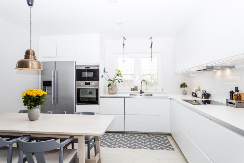 Kuchnia narożna z szarym dywanem