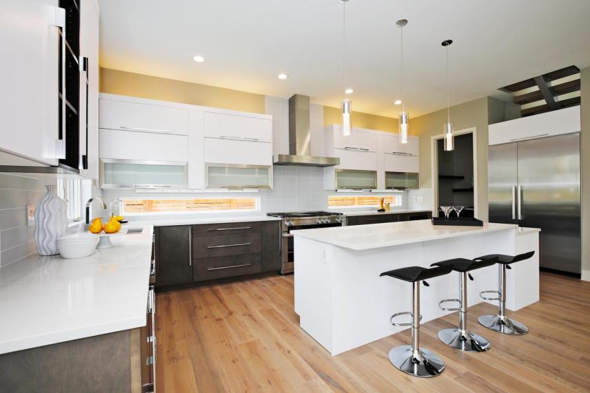 Duża, nowoczesna kuchnia w bieli