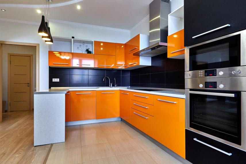 Kuchnia otwarta z pomarańczowymi frontami
