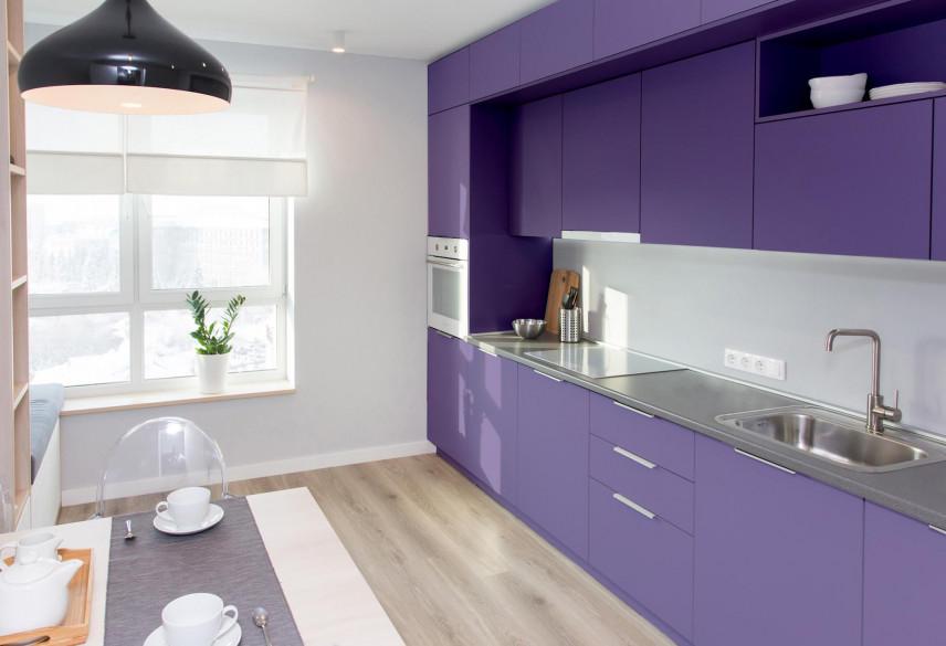 Kuchnia z fioletowymi frontami