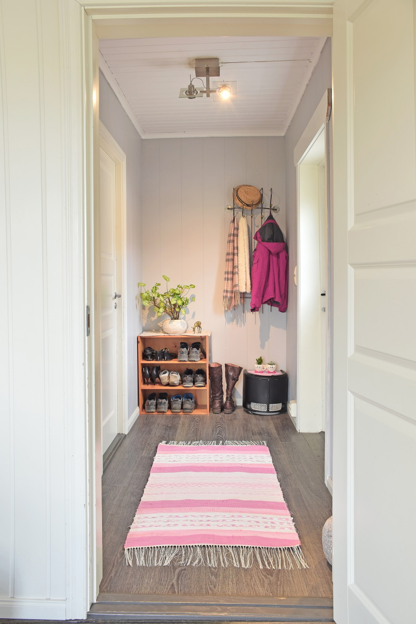 Mały przedpokój z różowym dywanem