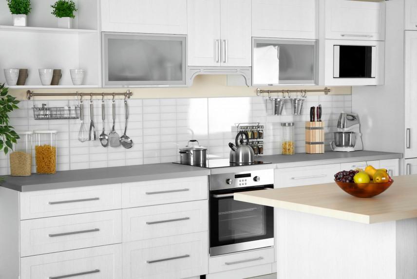 Projekt kuchni z białymi płytkami