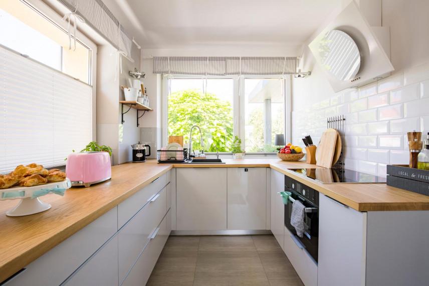 Mała kuchnia z oknami
