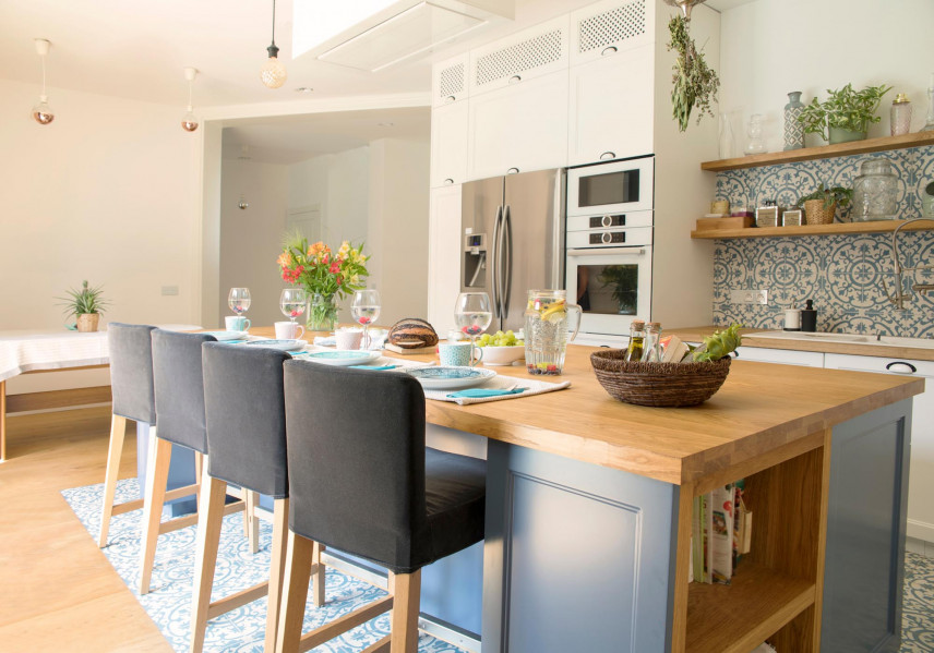 Drewniany blat na niebieskiej wyspie w kuchni