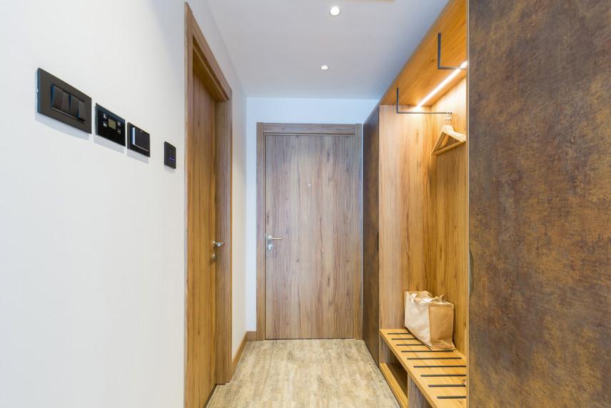 Mały przedpokój z drewnianymi ścianami