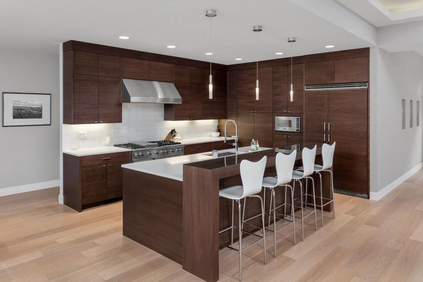 Oświetlenie Led w kuchni z brązowymi frontami