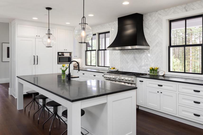 Białe, drewniane meble w kuchni