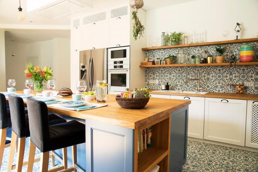 Kuchnia z otwartymi półkami ściennymi