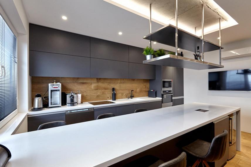 Nowoczesna kuchnia z płytkami z imitacją drewna