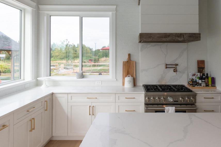 Aranżacja kuchni z oknem nad blatem