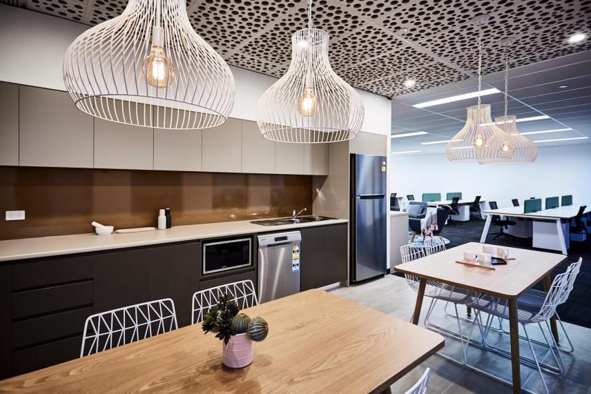 Designerski sufit i lampy w kuchni