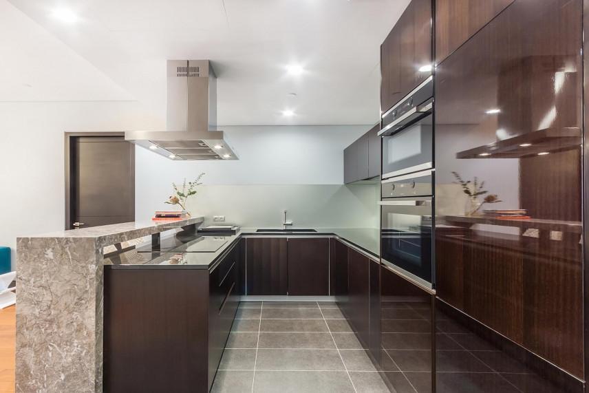 Brązowe fronty mebli w kuchni