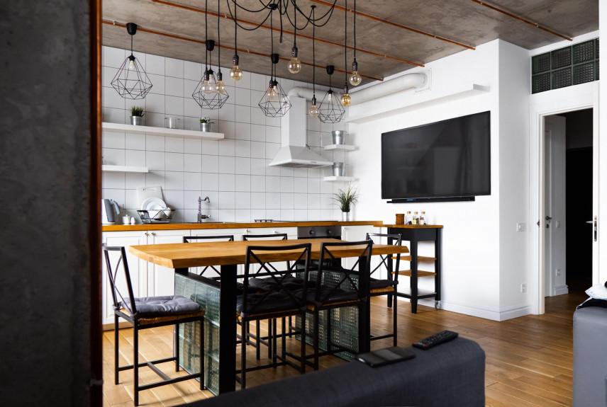 Kuchnia w stylu rustykalnym z drewnianym sufitem