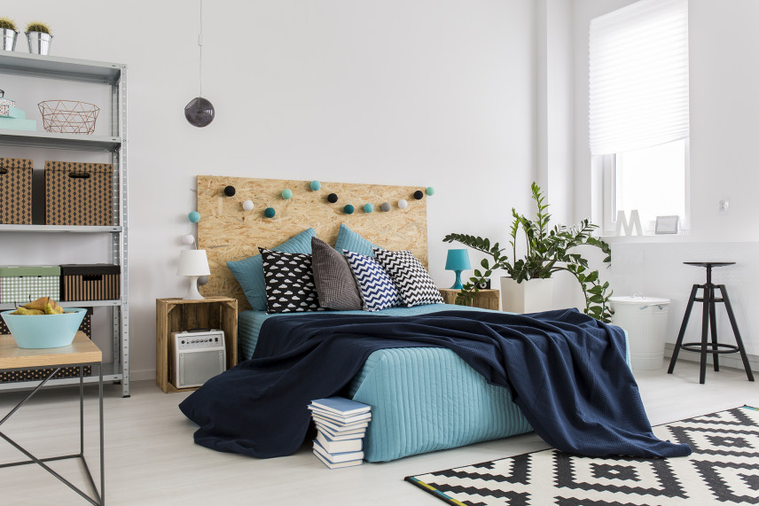Biała sypialnia w stylu industrialnym
