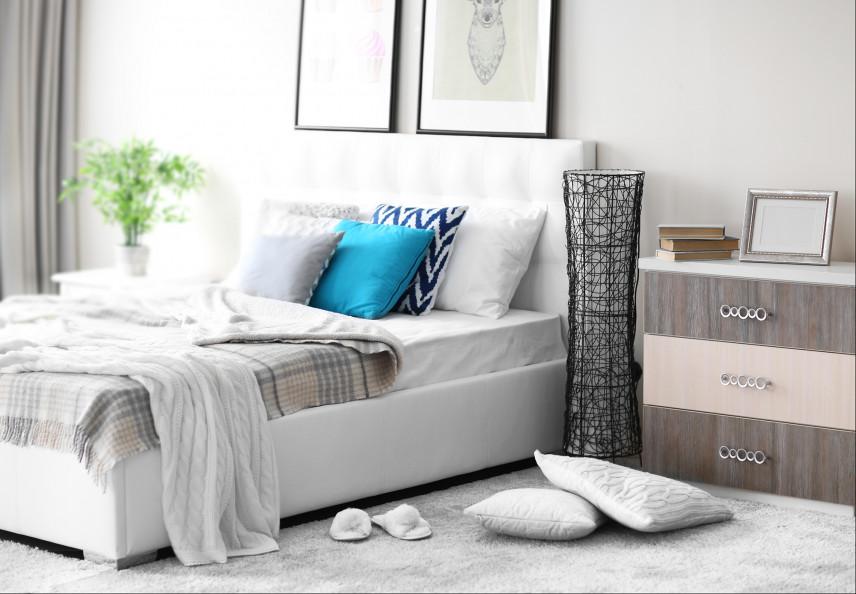 Mała sypialnia z kontynentalnym łóżkiem