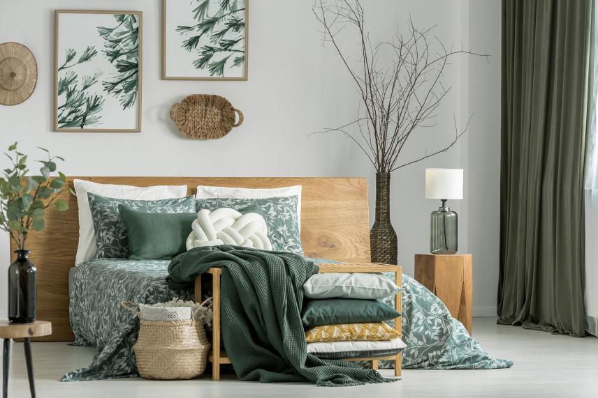 Mała sypialnia z zielonymi dodatkami